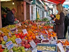 Escenas de la vida. Venezia. (Luis Mª) Tags: venecia venezia escenasdelavida frutería fruta personas