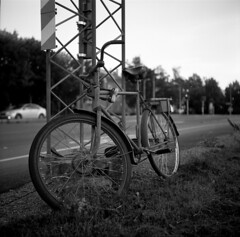 Abandoned bike by the road (A.Sundell) Tags: street old 6x6 tlr film vintage square blackwhite shadows superb kodak sweden bokeh tmax voigtlander streetphotography swedish d76 german uppsala epson medium format sverige analogue v600 voigtländer tmax100 twinlensreflex westgermany skopar gammal fixer uppland gatufoto uppsalalän voiglaender epsonv600 tmaxfix voigtländersuperb