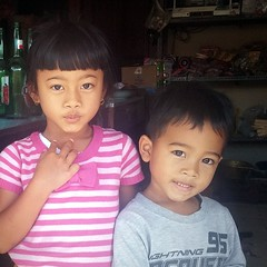 Children at the warung, Kintamani, Bali (scinta1) Tags: bali baturbaguscottage kintamani kedisan kampung hindu lakebatur danaubatur desa mountbatur gunungbatur indonesia people warung girl boy child children young brother sister siblings smile two eyes portrait