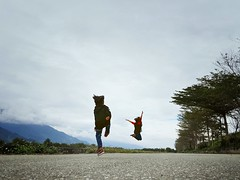 I can fly ~ (Wenchieh Yang) Tags: snapseed vsco taitung taiwan tree trip 白雲 藍天 kids children cloud 渡假 旅遊 三星 edge s7 samsung black blue yellow sun sky green wow 親子 飛翔 池上 火車站 濕地 親水公園 關山 台東 welovetaiwan 愛台灣