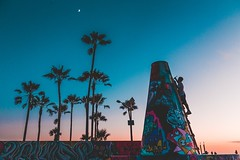 Graffiti Painting under the Moon on Venice Beach (masemase) Tags: venice beach july la los angeles magic hour summer sunset street art painting palm trees gradient moon ocean graffiti walls