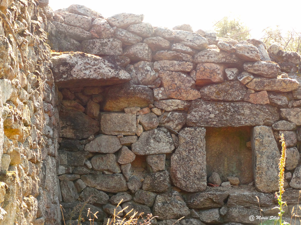 Águas Frias (Chaves) - ... restos de uma habitação .. onde já houve vida ...