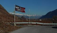 mode apro. (bulbocode909) Tags: automne rouge suisse bleu vignes paysages valais fully panneaux montagnes barrires saillons