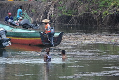 in the river to push the boats (cam17) Tags: panama darien emberavillage embera mogue villageofmogue dariengap puntaalegre panamadarien intheriver boatpushers outboardmotors pirogues riverbank