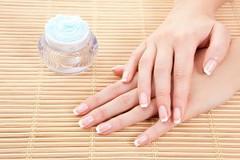 إذا كنت تعانين من جفاف اليدين إليك الحل الأمثل (Arab.Lady) Tags: إذا كنت تعانين من جفاف اليدين إليك الحل الأمثل