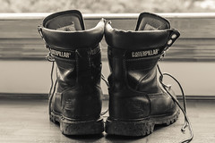Compañeras de viaje (cmarga28) Tags: monocromático bw negro botas composición contraluz photography photographer nikon digital raw d750 cerca detalle calzado zapatos