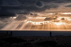 observer (Rafael Zenon Wagner) Tags: nikon d810 70mm portugal algarve sonnenuntergang sonne wolken dramatisch strahlen schatten licht shiluette felsen menschen konturen sunset sun clouds dramatic rays shadow light silhouette rock contours