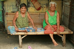 two grandmas (the foreign photographer - ฝรั่งถ่) Tags: ladies two portraits canon table thailand kiss bangkok bamboo seated grandmas khlong bangkhen thanon 400d