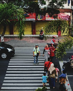 Menyeberangkan.... #streetphotography #streetstyle #street_photo_club #street_photography #street_perfection #fujifilm_id #fujixclub #fujinon #fujicamera #fujicolor #fujifilmxworld #ig_street #indonesia_photography #instalike #pasarsukoharjo #pasarirsoeka