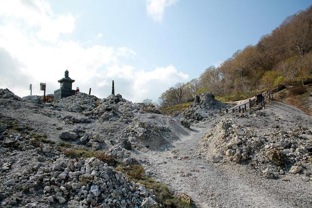 恐山菩提寺の境内を抜けると、観光地らしい陽気さは一気に消え。|恐山菩提寺