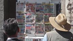 (vcheregati) Tags: peru pessoas jornalismo arequipa banca dirio chapu leitura jornais notcias jornaleiro