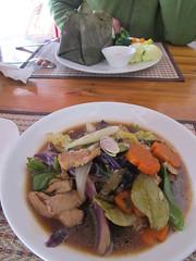 """Luang Prabang: Porc à la citronelle et aux légumes. <a style=""""margin-left:10px; font-size:0.8em;"""" href=""""http://www.flickr.com/photos/127723101@N04/23760935092/"""" target=""""_blank"""">@flickr</a>"""