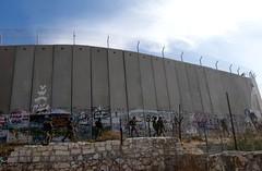 Zwaarbewapende militairen bij de muur rondom kamp Aida bij Bethlehem