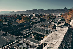 Toits de Lijiang, Chine (Voyages Lambert) Tags: residentialbuilding community lijiang history cultures architecture yunnanprovince asia mountainpeak roof cityscape town