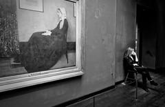 Des femme et des regards (Paolo Pizzimenti) Tags: commerce rue gens oly piades femme regard tableau musée paris paolo olympus penf zuiko 12mm 17mm f2 f18 doisenau m43 mirrorless argentique film pellicule
