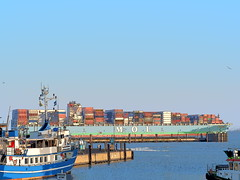 Dicker Pott (@DinAFoto) Tags: comic cuxhaven elbe hamburg blau schiff ship habour water blue sky himmel container cargo carrier see