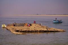 Le fleuve Irrawaddy entre Mandalay et Bagan - bateaux 2 (luco*) Tags: myanmar birmanie burma fleuve river irrawaddy mandalay bagan pont bridge ava bateau boat plateforme bambou bamboo