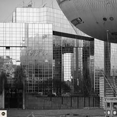 06Qac100116 (photo & life) Tags: paris france europe ville city jfl rue street streetphotography blackandwhite noiretblanc fujifilm fujinon fujifilmxpro2 fujinonxf56mmf12rapd square squareformat squarephotography parcandrécitroën leballondeparis 56mm architecture