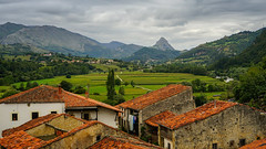 El Mazo (TanzPanorama) Tags: village mountains valley house roof red scenery scenic spain espana europe cantabria picosdeeuropa picos mountainrange tanzpanorama sonya7ii sonyilce7m2 sony fe2470mmf4zaoss sel2470z pueblo elmazo landscape countryside rural