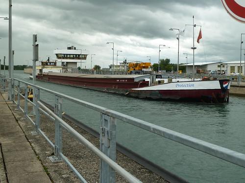 Einfahrt in die Schleuse Iffezheim auf Oberwasser die MS Protection