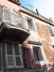 Facade (Dalmatica) Tags: red facade balkon croatia shutters dalmatia dalmacija makarska bacony hrvaska dalmatica dalmatianarchitecture grilje