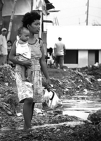 Baseco Tondo Slum mother walks with her baby on tow Pinoy Filipino Pilipino Buhay  people pictures photos life Philippinen  菲律宾  菲律賓  필리핀(공화국) Philippines  mud