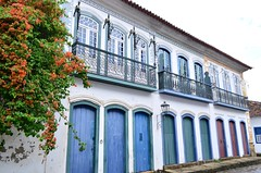 A rica arquitetura colonial de Paraty (RJ) (Márcia Valle) Tags: paraty nikon rj casas doorswindows arquiteturabrasileira coresdobrasil brazilianarchitecture paratyemfoco janelaseportas márciavalle