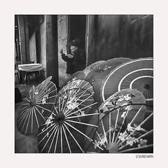 Lost in China012/15 (siggi.martin) Tags: asien asia china huanglongxi historisch ancient old alt mann man männer men bunt colored schirm umbrella schirme umbrellas