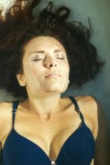Vila (Raissa Fitzgerald Photographer) Tags: portrait water shooting breathe sole acqua giardino bolle servizio vasca fotografico respirare esterna affogare