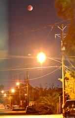 """Eclipse Lunar 27/09/2015 """"Calles Iluminadas por LA Luna de Sangre """" ECLIPSE TOTAL LUNAR(LUNA DE SANGRE Y SUPERLUNA) JUSTO AHORA EN EL CIELO CACHANILLA! ... YA LA VISTE?!!! NO TE LA PIERDAS Foto:El Lemus (El Lemus) Tags: life red sky urban moon art night america mexico noche rojo nikon arte feel el luna vida cielo urbano moons cielos skys mexicali lunareclipse bloodmoon sentir lunas lemus urbanity eclipselunar supermoon martinlemus superluna ellemus eclipsesangre"""