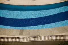 Linhas (Égon Camargo) Tags: agua piscina verão sol azul condominio curva anil linhas cima nikon 50mm egon camargo rua interior caminhos dia residencia water pool summer sun blue condo curve lines up street paths day residence
