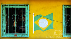 Casa brasileira (Rita Barreto) Tags: casa casabrasileira moradia moradianobrasil morada habitação bandeira bandeiradobrasil viladeparicatuba iranduba amazonas amazônia verdeeamarelo coresdobrasil janelas casacomjanelas pintura