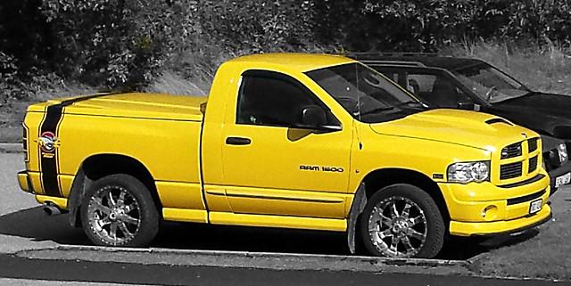 2005 color yellow junk parking used ugly import ful gul mellow färg skrot dodgeram1500 romu keltainen usedtruck väri käytetty yellowmellow begagnad 2005dodge hjortmossen hjortmossegatan