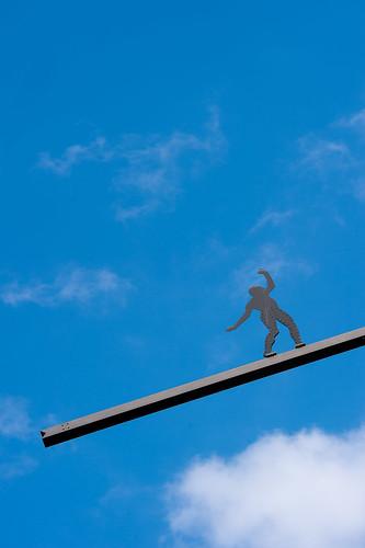 Figurinstallation auf einem Hochhaus Foto: Ole Bader
