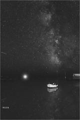 Space-time monochrome (PascaLucasJy) Tags: voielactée nuit night étoiles ciel sky noirblanc blackwhite mer lumière light longexposure pauselongue boat bateau sea seascape paysage landscape littoral bretagne breizh finistère france reflet reflection