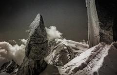 Trace des Cosmiques (Frédéric Fossard) Tags: noiretblanc monochrome paysage nature montagne glacier neige altitude alpinisme trace rocher granite gendarme arêtedescosmiques montblancdutacul lumière ombre atmosphère grain texture alpes hautesavoie massifdumontblanc nuage