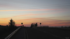 Marcher au petit matin (Les routes sans fin(s)) Tags: astorga castille pont bridge silhouette panneau ami friend route road aube aurore matin morning dawn ciel