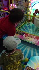 2017.1.1 兄弟倆玩投球-2 (amydon531) Tags: baby boys kids brothers justin jarvis family toddler cute 兒童樂園 兒童新樂園 taipei childrens amusement park