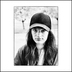 ... (jean76_58) Tags: jean7658 pentax portrait streetportrait street photography woman girl umbrella femme blackwhite bw noirblanc nb monochrome monotone cap casqette