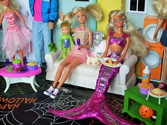 Eat drink and party (flores272) Tags: ken tommy skipperdoll barbie barbiefurniture barbiedoll barbierealhouse jazzie 2015 dollfood mermaid doll dolls toy toys halloweenparty barbiefood halloweentoys