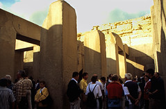 Ägypten 1999 (633) Kairo: Taltempel des Chephren, Gizeh (Rüdiger Stehn) Tags: archäologischefundstätte giseh gise giza aldschīza alǧīza ilgīza afrika ägypten egypt nordafrika nordägypten bauwerk sakralbau historischesbauwerk urlaub dia minoltasrt100x analogfilm scan slide diapositivfilm analog kleinbild kbfilm 35mm canoscan8800f unescowelterbe unescoweltkulturerbe nekropole altägypten ancientegypt misr unterägypten addiltā welterbe weltkulturerbe ägyptologie reise reisefoto winter menschen leute 1990er 1990s 1999 tempel chephrenpyramide taltempel taltempelvonchephren