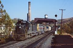 CR 6171-6681, BH-15, Allentown, PA. 10-22-1977 (jackdk) Tags: train railroad railway freighttrain freight emd emdsd40 emdsdp45 sd40 sd402 sdp45 sd45 sd452 cr conrail el erielackawanna rdg reading readingrailroad bridge trestle signal signals allentown allentownpa