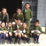Kinder vor dem Nationalmuseum Paro, Bhutan