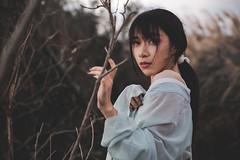 IMG_3170 (Yi-Hong Wu) Tags: 芒草 漢服 芒花 古裝 漢 女生 女孩 女性 女 女子 人 女人 山上 互惠 雪景 扇子 傘 逆光 舞 曜光 反射 情緒 可愛 美麗 外拍 室外 戶外