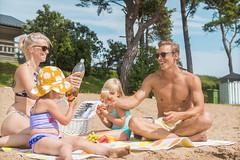 5091_Perhe_rannalla_1656x1104 (visitkimitoon) Tags: kasnäs kasnäsudden ranta strand lapsi barn visitkimitoön kimitoön kemiönsaari