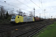 E-loc 189 203-3(Emmerich 21-12-2015) (Ronnie Venhorst) Tags: road railroad holland building sport architecture yard train canon deutschland eos rebel track outdoor d siemens eisenbahn rail railway zug bahnhof cargo structure 64 railwaystation freeway infrastructure vehicle locomotive loc mm t3 es bahn railways f4 202 trein 203 spoor logistics duitsland 1100 189 spoorwegen lok treinen ers 2033 spoorweg nederlandse 2015 emmerich elok 1435 eloc mrce lte emmerik br189 dispolok 1100d materieel kolentrein containertrein ersr zelflosser ddispo eos1100d spoormaterieel eos1100 boboel
