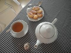 chá e madeleines (Daniboy) Tags: chámadeleines chá madeleines white porcelain tea silver black toile de vichy