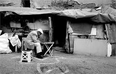 spi_057 (la_imagen) Tags: türkei turkey türkiye turquía istanbul istanbullovers ayvansaray sokak sw bw blackandwhite siyahbeyaz  monochrome strasenfotografieistkeinverbrechen street streetandsituation streetlife streetphotography menschen people insan armut poverty fakirlik yoksulluk zavallılık