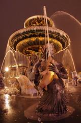 Paris Janvier 2017 - 27 une fontaine gelée Place de la Concorde (paspog) Tags: paris france janvier januar january 2017 placedelaconcorde nuit night nacht fountaine brunnen fountain frozenfountain fontainegelée