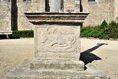 Plélan-le-Petit (Côtes d'Armor) (Cletus Awreetus) Tags: sculpture france bretagne croix socle côtesdarmor artreligieux plélanlepetit